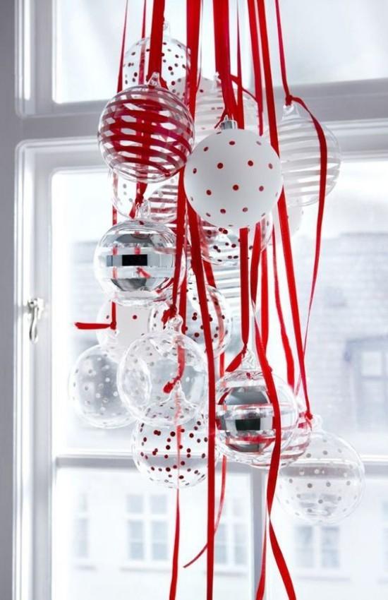 Weihnachtsdeko Ideen in Rot und Weiß viele Weihnachtskugeln Girlanden Schmuck vor dem Fenster
