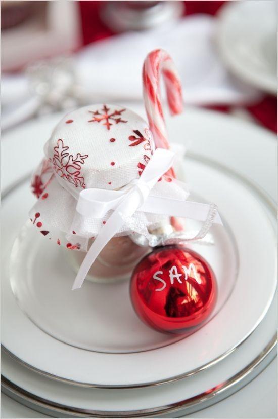 Weihnachtsdeko Ideen in Rot und Weiß weißes Geschirr rote Kugel Zuckerstange