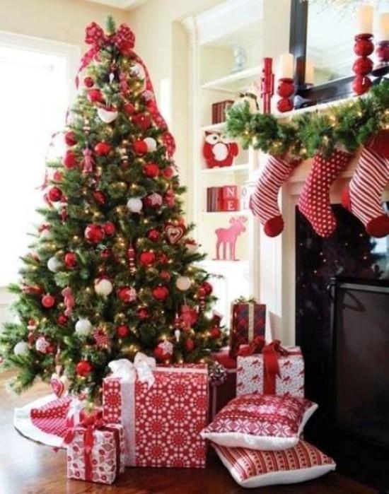 Weihnachtsdeko Ideen weiße Farbe rote Akzente