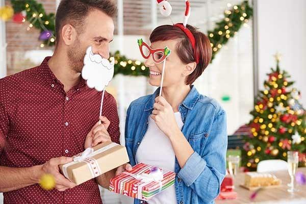 Weihnachtsparty veranstalten Spiele Aktivitäten Geschenke austauschen