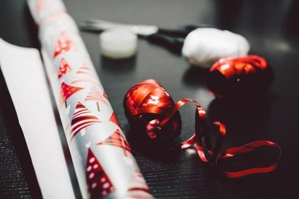 Weihnachtsparty veranstalten Spiele Aktivitäten Geschenke verpacken
