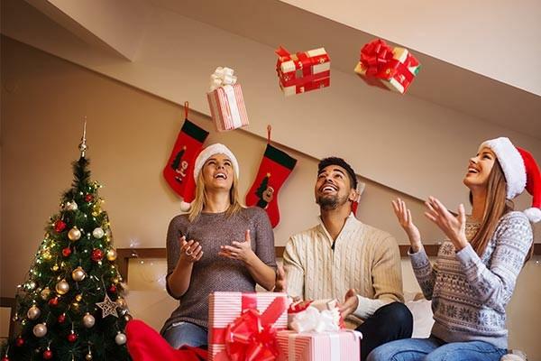 Weihnachtsparty veranstalten Weihnachtsfeier Spiel mit Geschenken