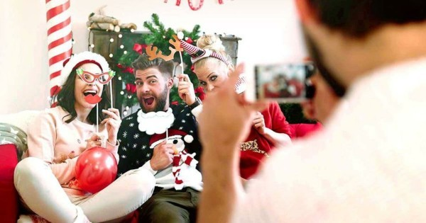 Weihnachtsparty veranstalten Weihnachtsfeier Spiele Fotos machen