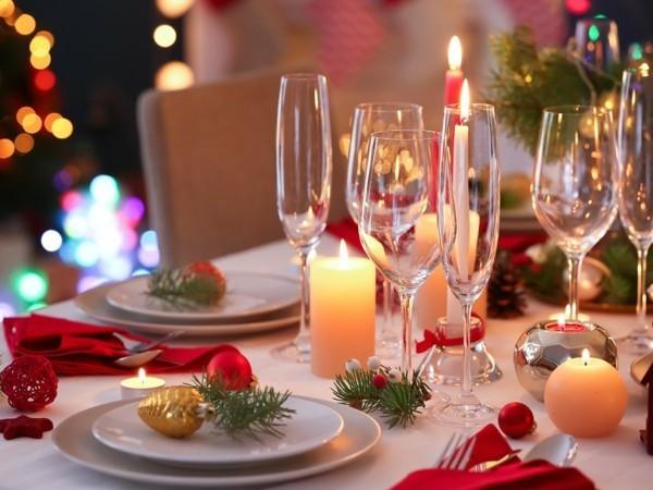 Weihnachtsparty veranstalten Weihnachtsfeier Tisch festlich dekorieren