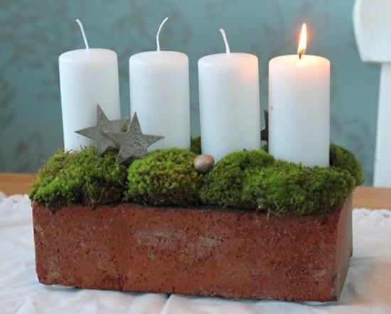 backstein adventskranz dekorieren moos weiße stumpenkerzen