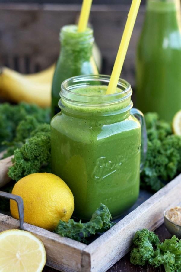 gesunder grünkohl smoothie mit zitrone