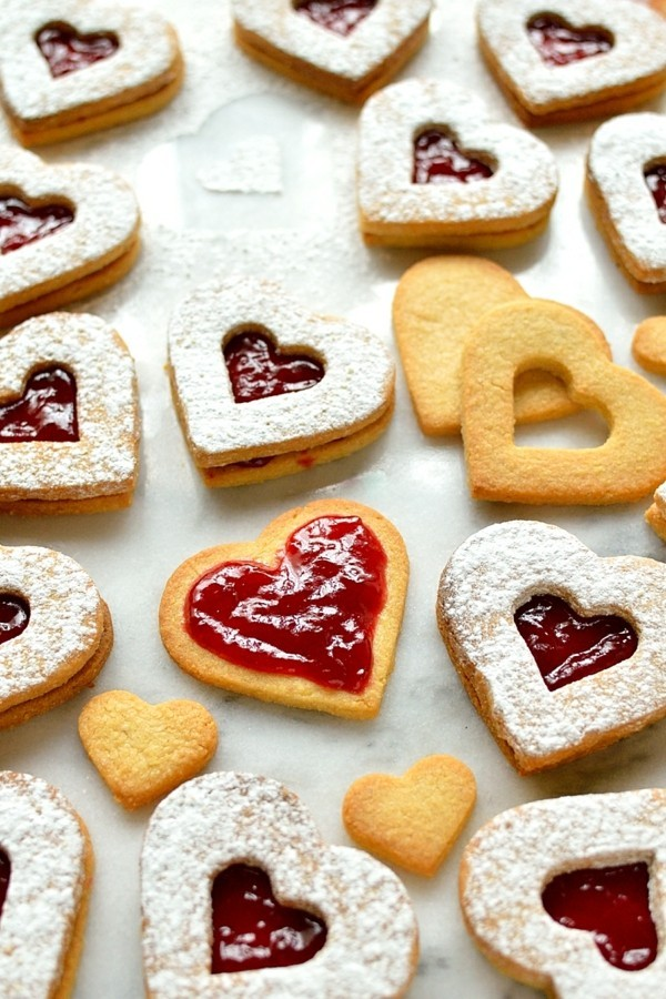 herzform plätzchen dekorieren mit marmelade und puderzucker