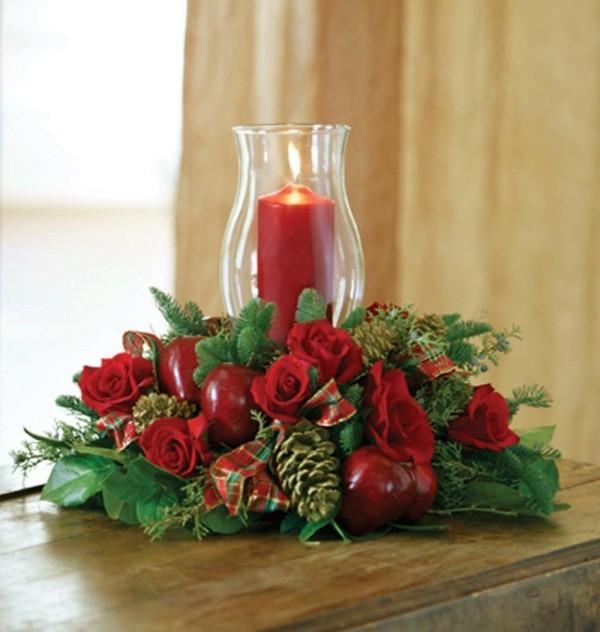 in roter und grüner Farbe Kerzen dekorieren