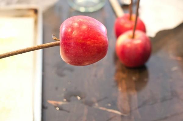 kandierte Äpfel Rezept schrittweise Weihnachtssüßigkeiten Stäbchen