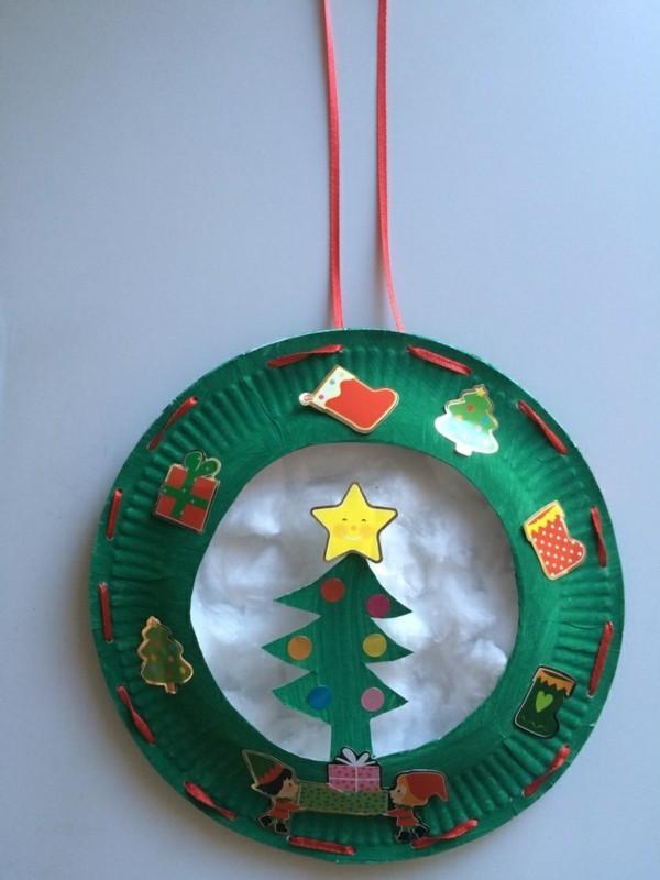 kreativen weihnachtskranz aus papptellern basteln mit kindern