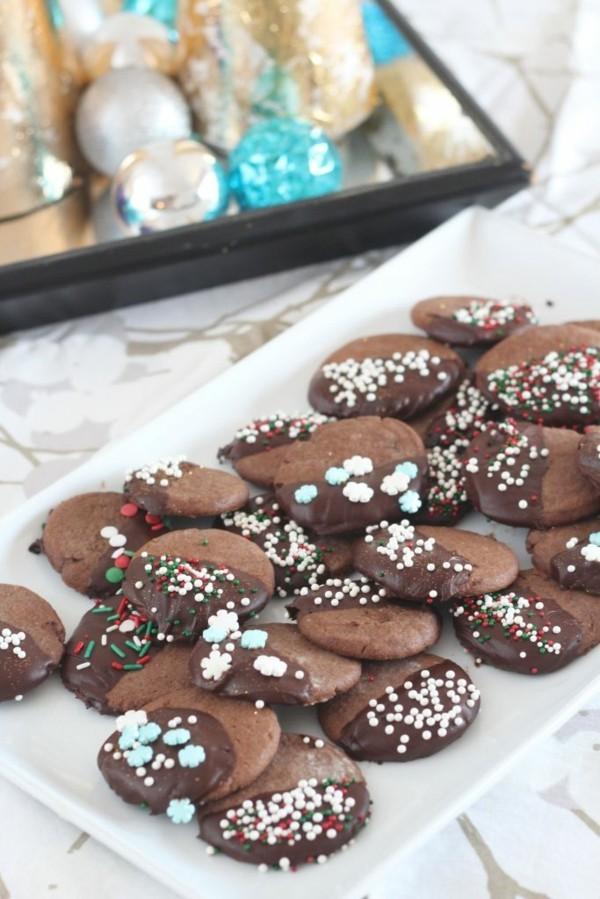 leckere schokoladige plätzchen verzieren