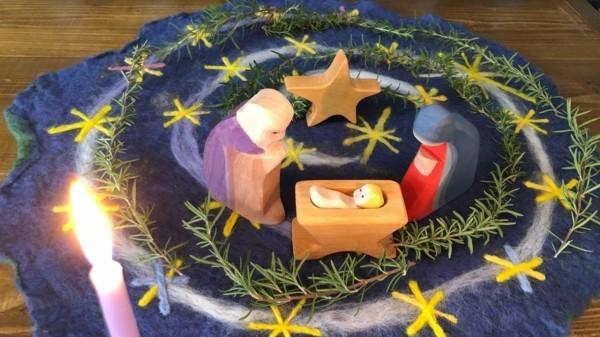 originelle adventsspirale aus holz mit weihnachtskrippe