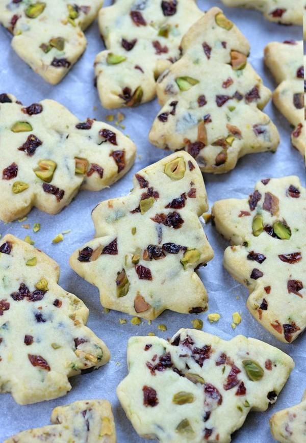 plätzchen dekorieren mit pistazien und rosinen