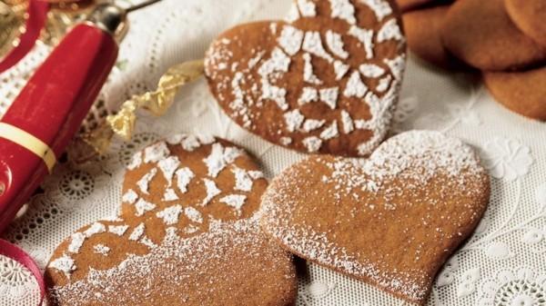 plätzchen dekorieren mit puderzucker und spitzendeckchen