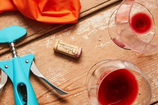 rotweinflecken entfernen tisch rotwein holzmöbel
