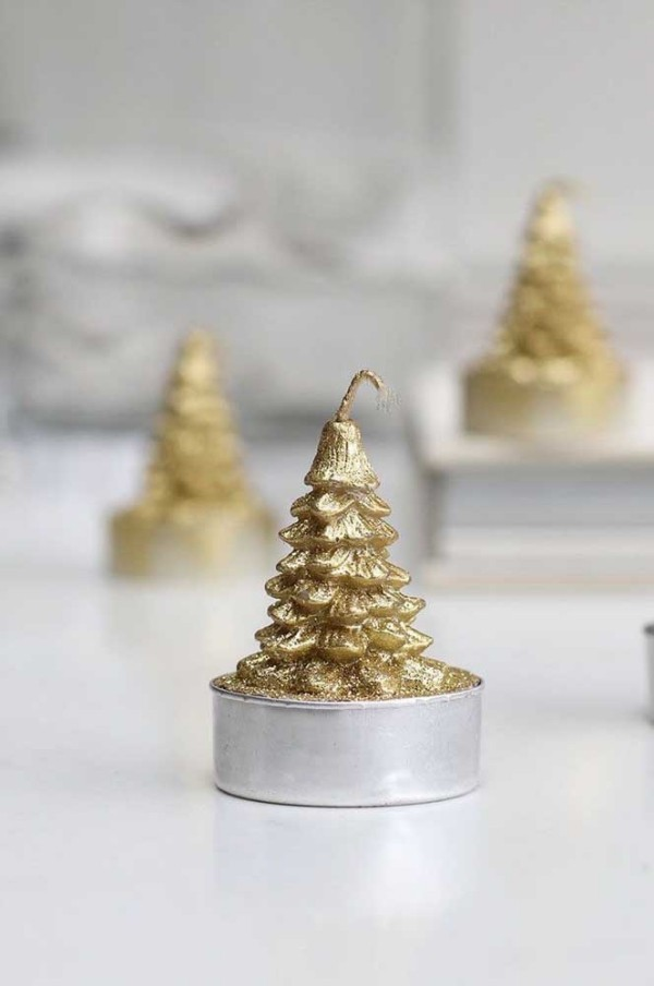 silberne weihnachtliche kerzen für den tisch