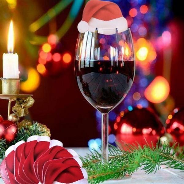 weihnachten deko Glas Wein mit einem rotem Käpchen