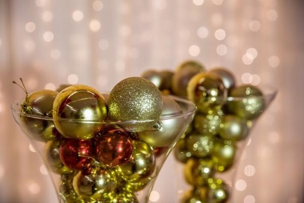 weihnachten deko - glas mit weihnachtskugeln