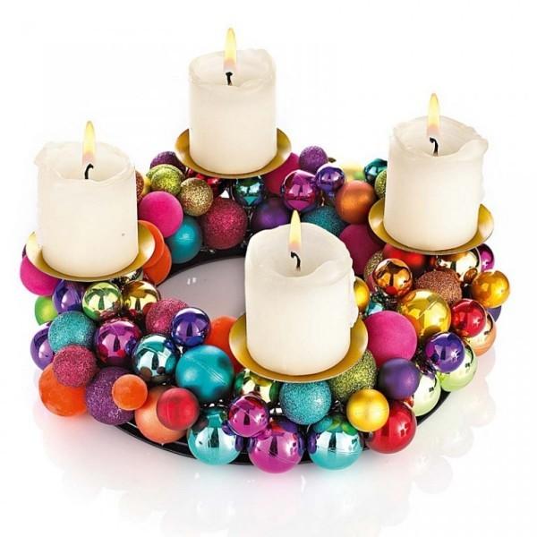 weihnachtskranz Weihnachtskugeln Kerzen dekorieren
