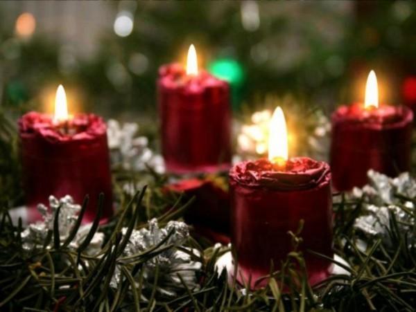 weihnachtskranz und rote dekorative kerzen weihnachten kerzen