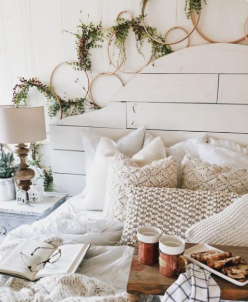 Gemütliches Schlafzimmer im Winter gestalten Frühstück im Bett wenig grüne Deko Zweige