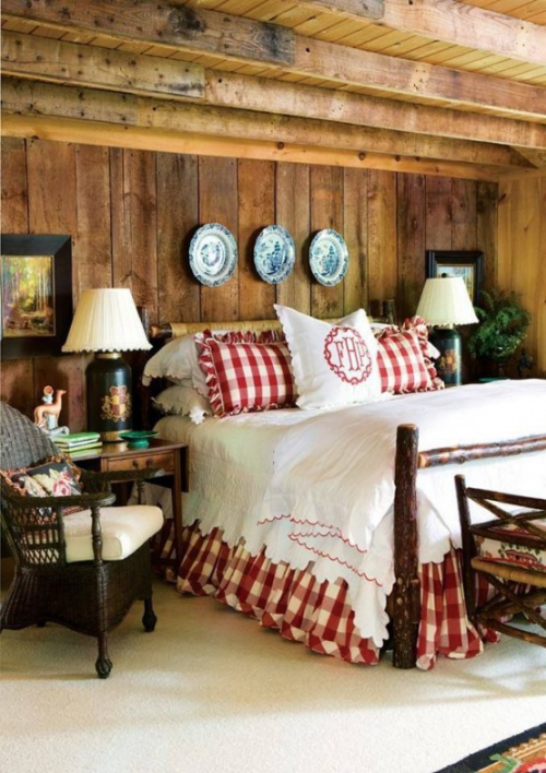 Gemütliches Schlafzimmer im Winter gestalten Karomuster rot weiß Holzdecke Holzwand Wandteller Lampen Bilder