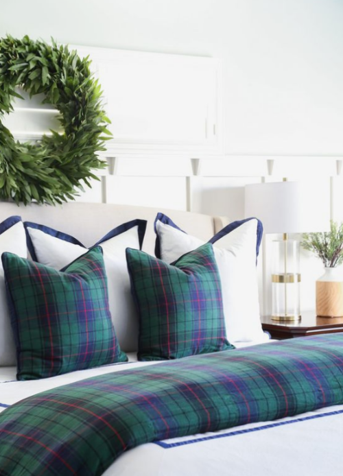 Gemütliches Schlafzimmer im Winter gestalten Kranz Bettwäsche Karomuster blau grün Kissen