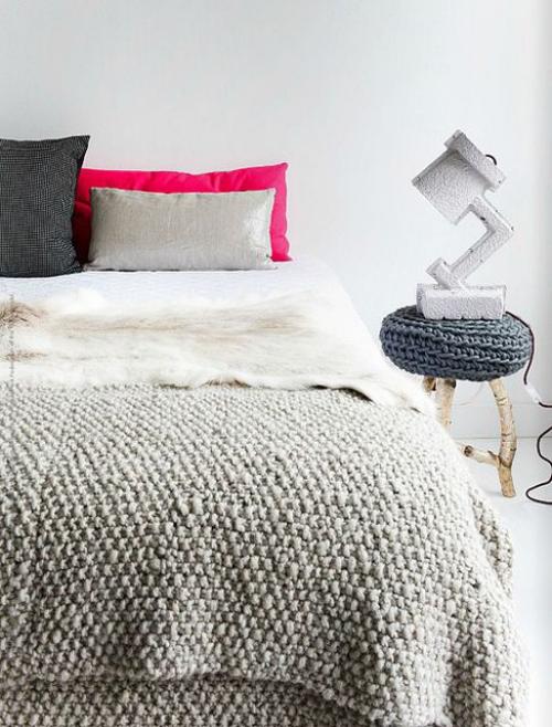 Gemütliches Schlafzimmer im Winter gestalten Strickdecke Strickbezug Hocker Lampe