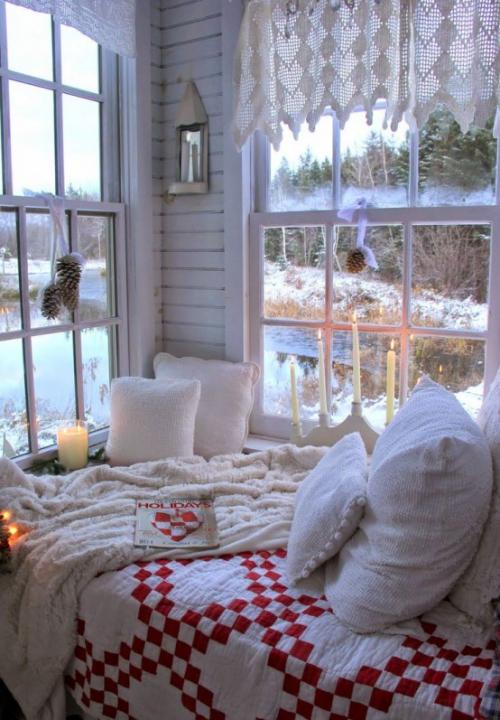 Gemütliches Schlafzimmer im Winter gestalten Tageslicht mit Kerzenlicht kombinieren