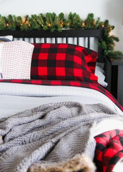Gemütliches Schlafzimmer im Winter gestalten Tannengrün Karomuster in Rot und Schwarz rustikale Note