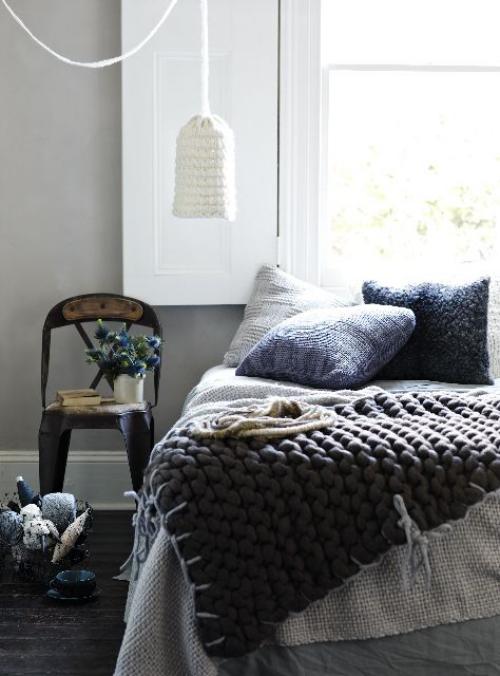 Gemütliches Schlafzimmer im Winter gestalten dicke Strickdecke in Grau Wurfkissen Hängelampe