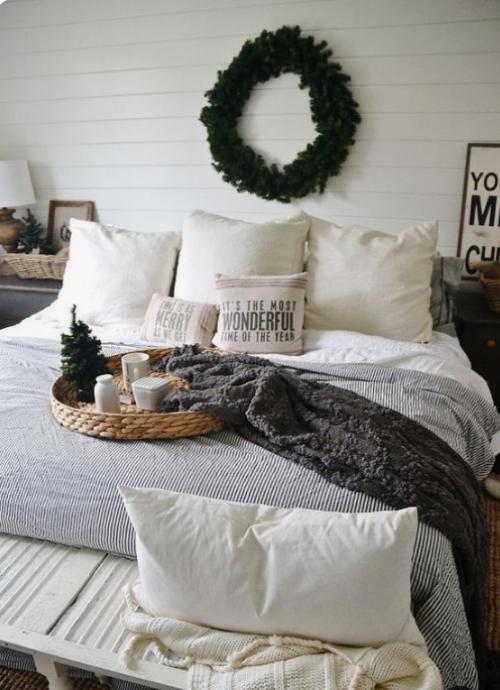Gemütliches Schlafzimmer im Winter gestalten grüner Weihnachtskranz