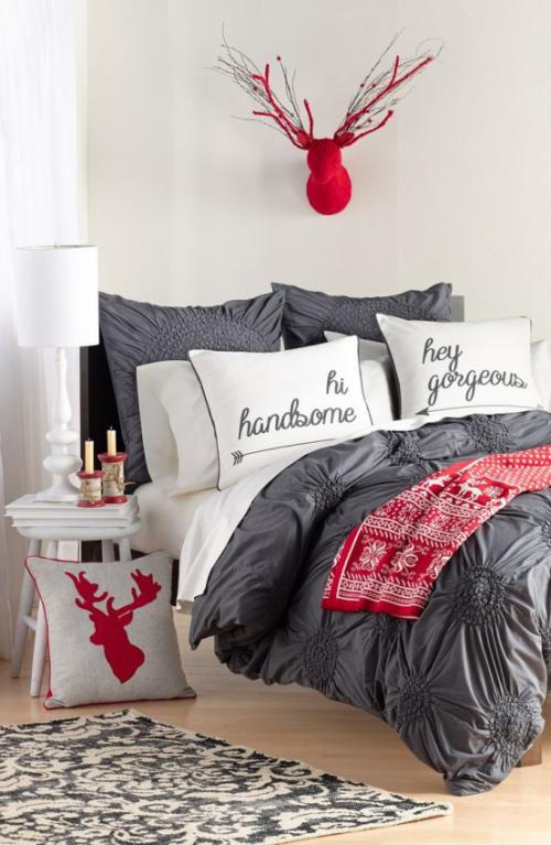 Gemütliches Schlafzimmer im Winter gestalten modernes Ambiente rote Akzente Hirschgeweih