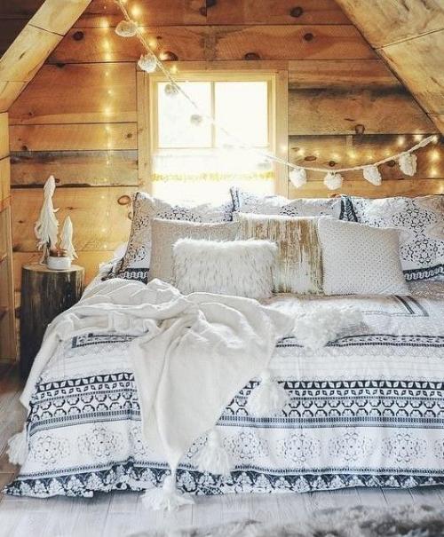 Gemütliches Schlafzimmer im Winter gestalten rustikales Ambiente Holz dekorative kette Kunstfell Kissen