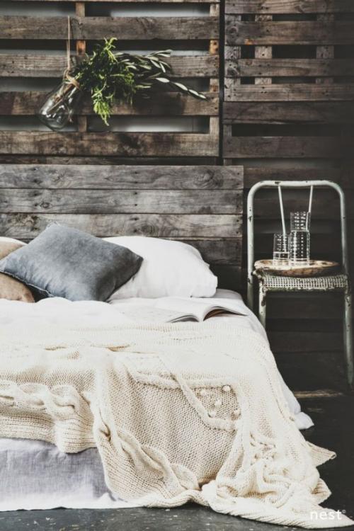 Gemütliches Schlafzimmer im Winter gestalten rustikales Ambiente wenig grüne Deko Zweige an der Wand