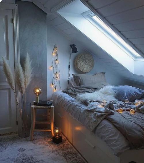 Gemütliches Schlafzimmer im Winter gestalten rustikales graues Ambiente unter der Dachschräge