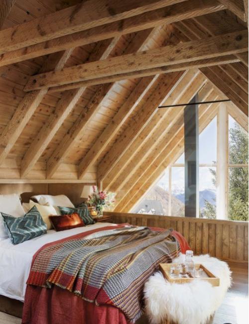 Gemütliches Schlafzimmer im Winter gestalten unter der Dachschräge viel Holz
