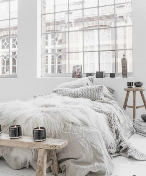 Gemütliches Schlafzimmer im Winter gestalten viel Licht weiß dominiert