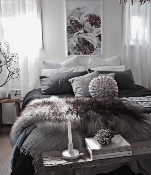 Gemütliches Schlafzimmer im Winter gestalten weiß grau schwarz Kunstfell Wurfdecke Kissen ansprechendes Ambiente