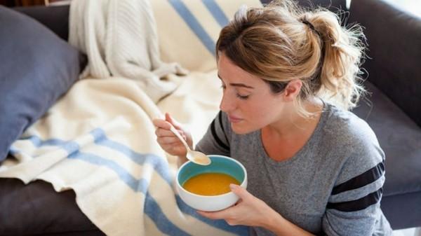 Hühnersuppe bei Erkältung natürliche Heilmittel hausgemachte Suppe