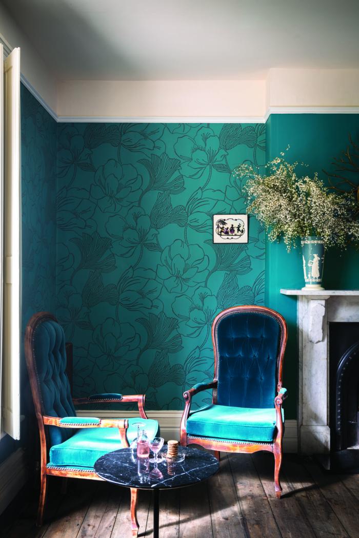 Mehr Farbe im Interieur Sitzecke am Fenster ganz in Meeresblau gestaltet sehr ansprechend