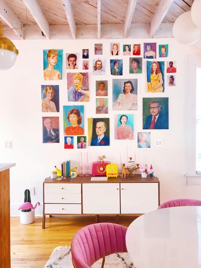 Mehr Farbe im Interieur farbenfrohes Wohnzimmer Wandbilder Porträts toller Blickfang