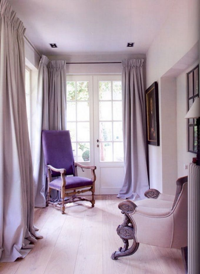 Mehr Farbe im Interieur ganz persönliche Ecke am Fenster verschiedene Flieder Nuancen Sessel Gardinen