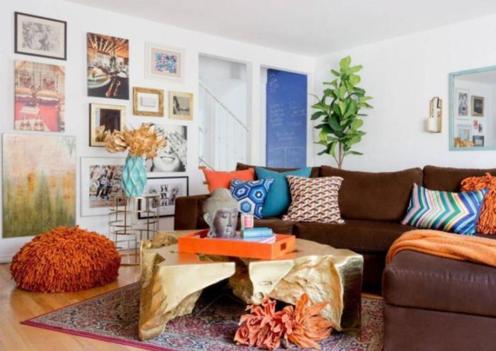 Mehr Farbe im Interieur gemütliches Wohnzimmer braune Couch viele andere farbenfrohe Wohnaccessoires