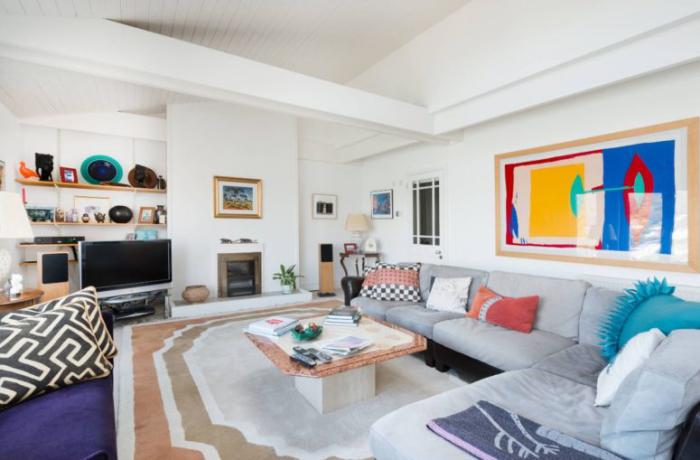 Mehr Farbe im Interieur geräumiges Wohnzimmer viele Farben Grau dominiert blaue Akzente Wandbilder