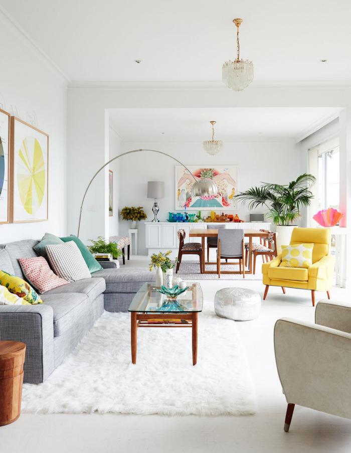 Mehr Farbe im Interieur helles modernes Wohnzimmer Grau