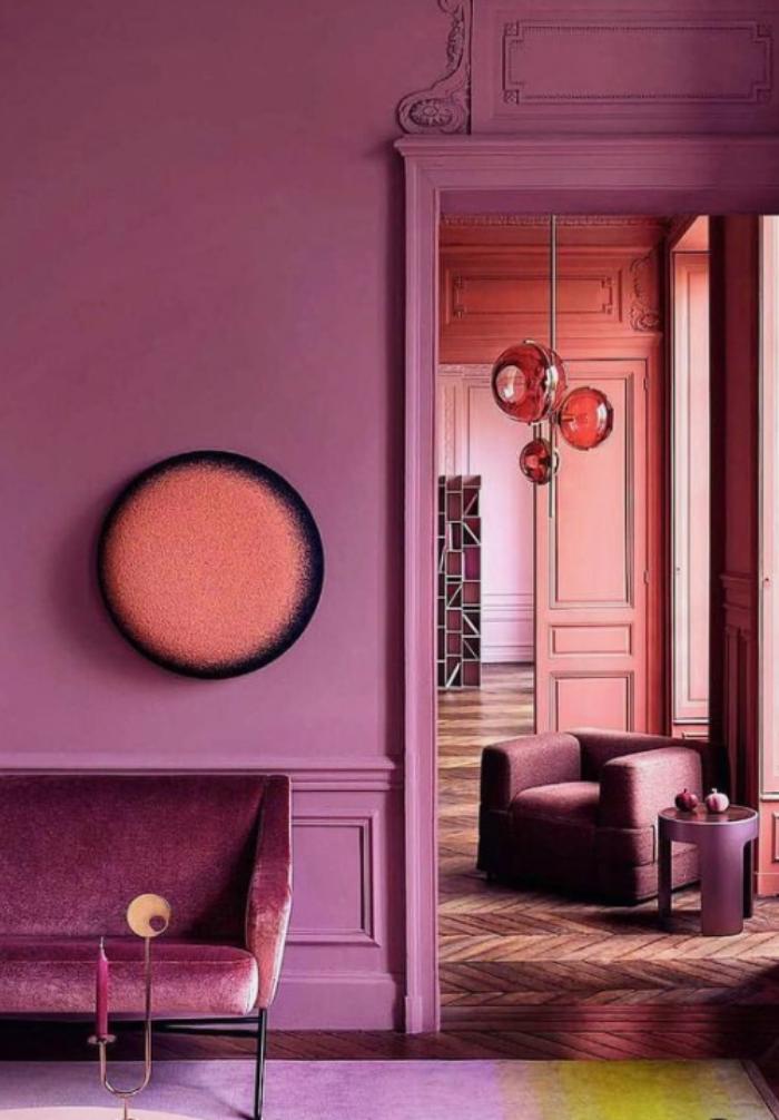 Mehr Farbe im Interieur modernes Wohnzimmer schicke Möbel Rosa und Violett dominieren