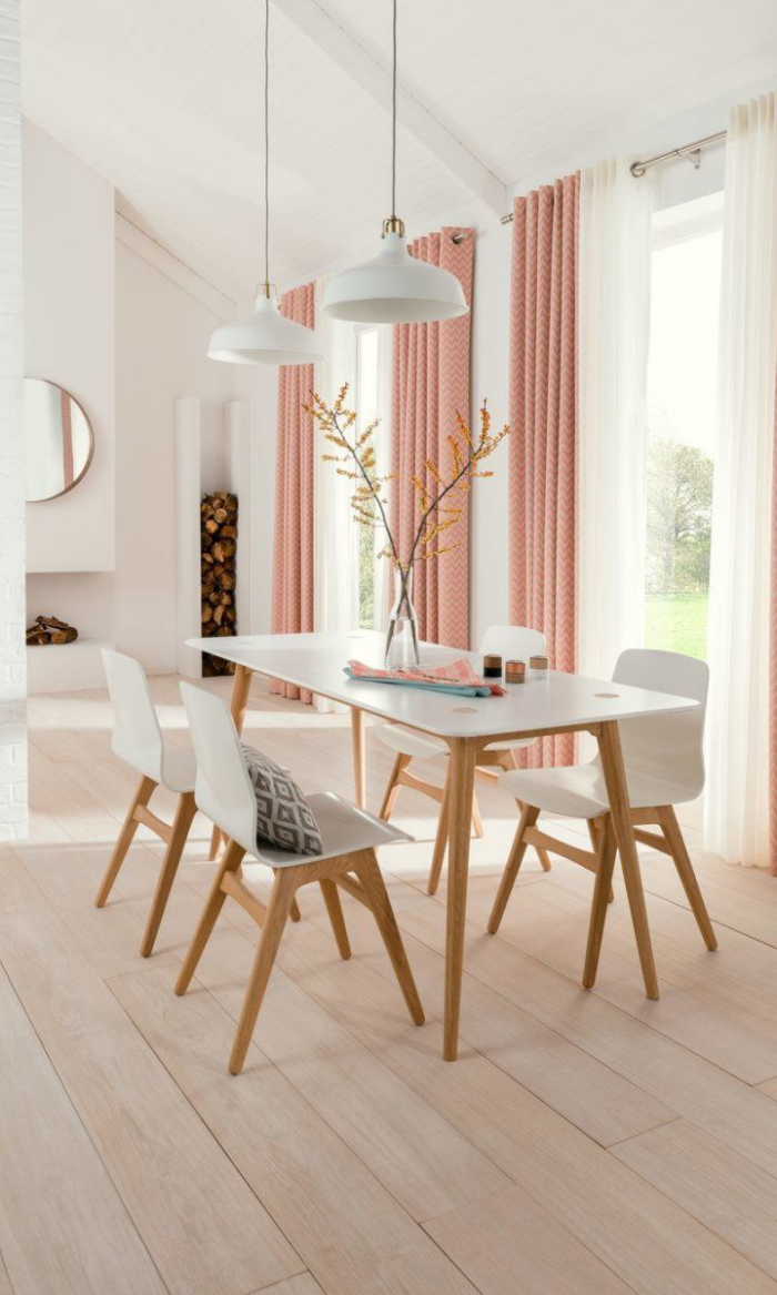 Mehr Farbe im Interieur sonniger Esszimmer helles Holz rosa Vorhänge sehr ansprechendes Ambiente