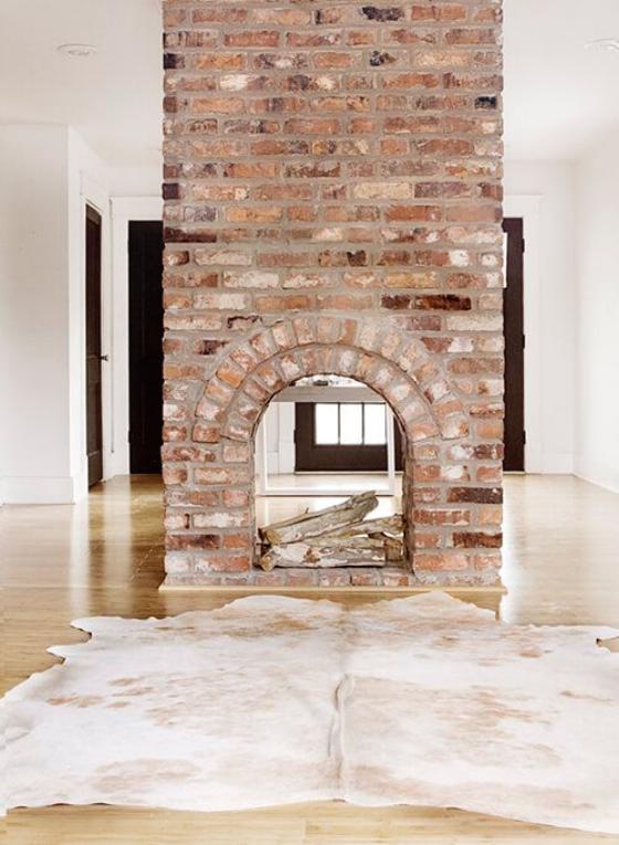 Moderne Kamine Ziegelwand in der Mitte des Wohnzimmers Glasscheibe interessanter Blickfang