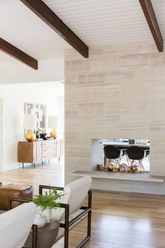 Moderne Kamine doppelseitiger Kamin helles Interieur freigelegte Deckenbalken in Schwarz Kontrast